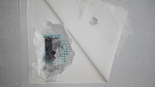 Механическое повреждение электрического кабеля в стене.