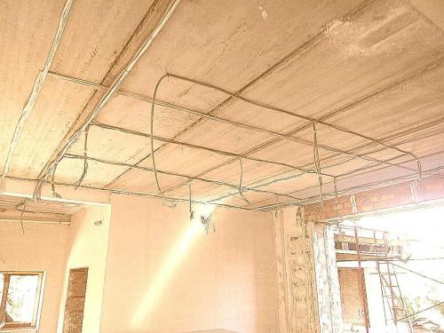 прокладка кабеля по потолку 2